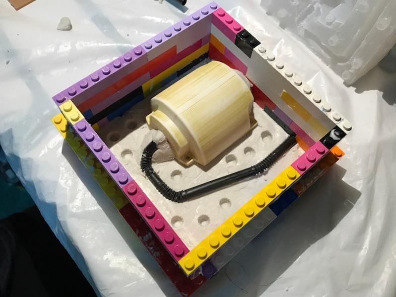 嵌合の凹みを付け、ブロックを組みます。